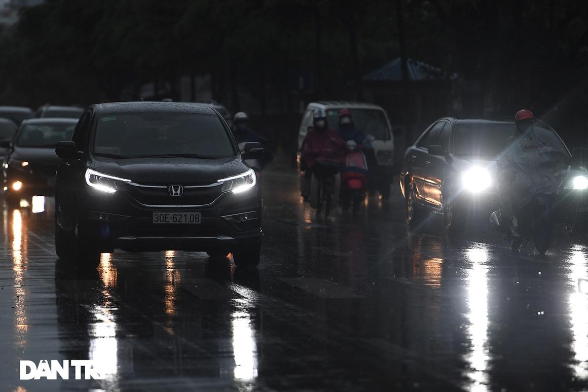 Bầu trời Hà Nội tối sầm sau mưa, xe cộ bật đèn pha lưu thông giữa ban ngày - 2