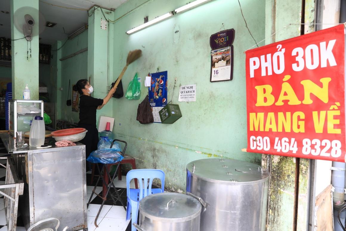Ngày đầu hàng quán 19 quận huyện ở Hà Nội được mở cửa bán mang về - 7