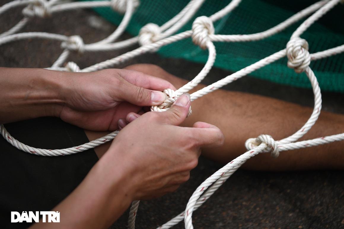Chạy xuồng hơi dọc sông Hồng trao quà tới tận tay người dân nghèo làng chài - 9