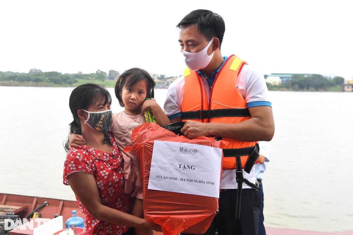 Chạy xuồng hơi dọc sông Hồng trao quà tới tận tay người dân nghèo làng chài - 15