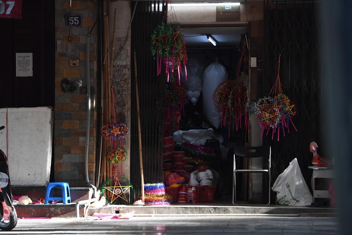 Muôn kiểu cửa khép hờ bán đồ chơi Trung thu ở Hàng Mã - 4