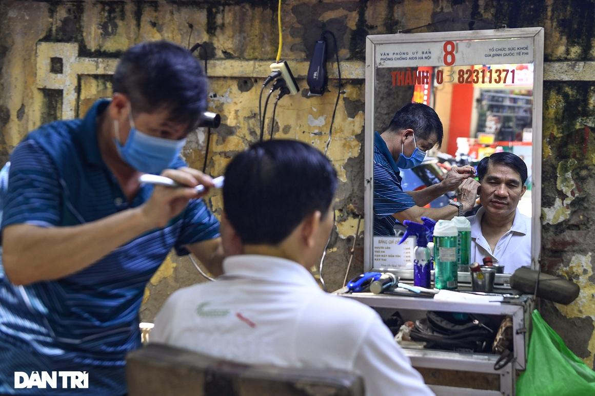 Người dân ở Hà Nội đổ xô đi cắt tóc sau 2 tháng giãn cách xã hội - 10
