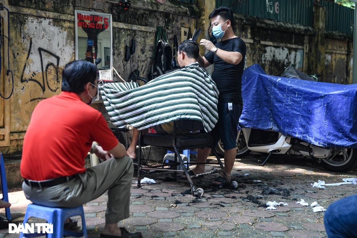 Người dân ở Hà Nội đổ xô đi cắt tóc sau 2 tháng giãn cách xã hội - 11