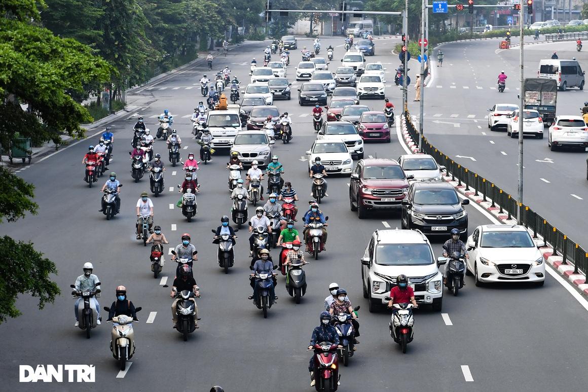 Đường phố tấp nập xe cộ sau khi TP Hà Nội bỏ quy định giấy đi đường - 3