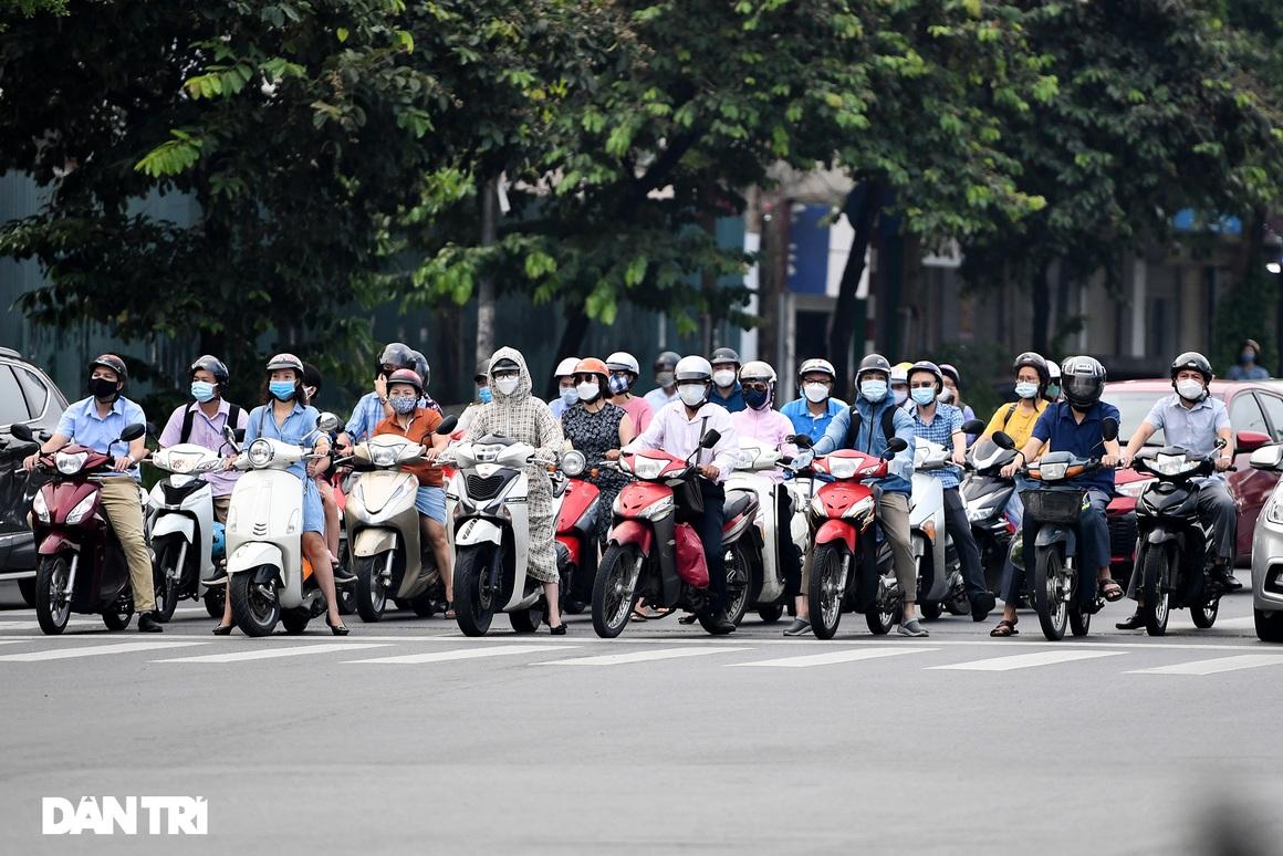 Đường phố tấp nập xe cộ sau khi TP Hà Nội bỏ quy định giấy đi đường - 4