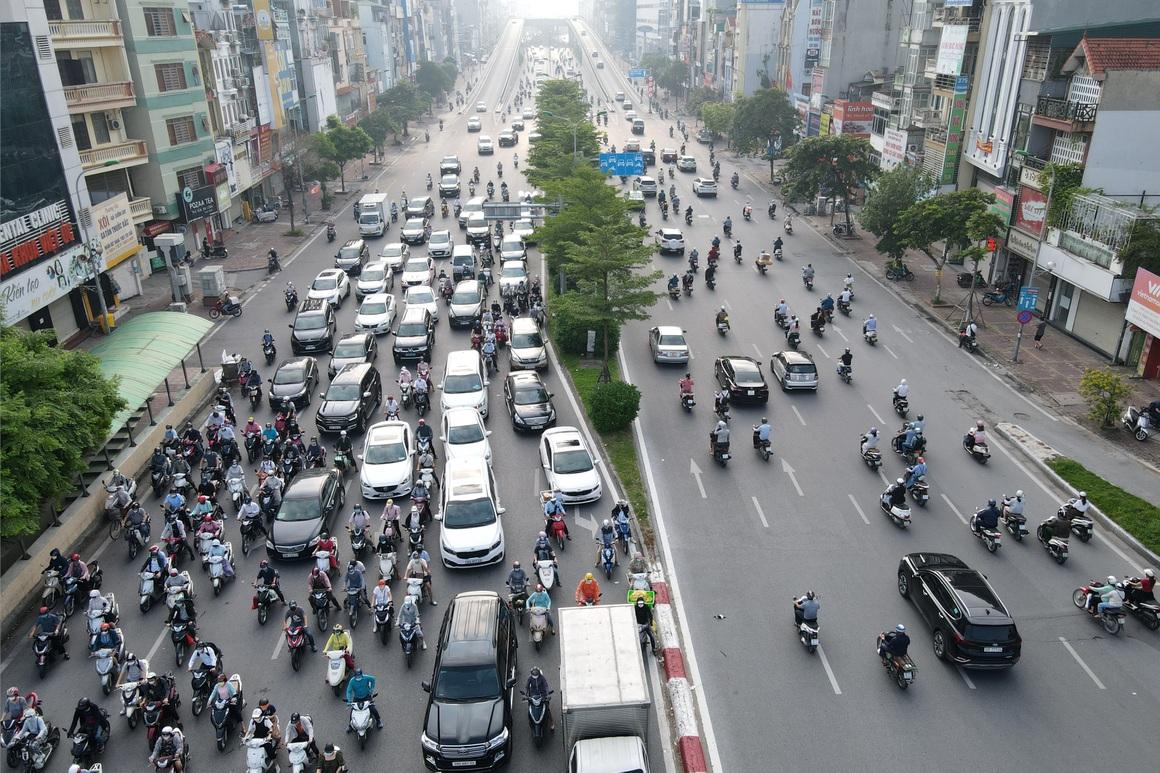 Đường phố tấp nập xe cộ sau khi TP Hà Nội bỏ quy định giấy đi đường - 7