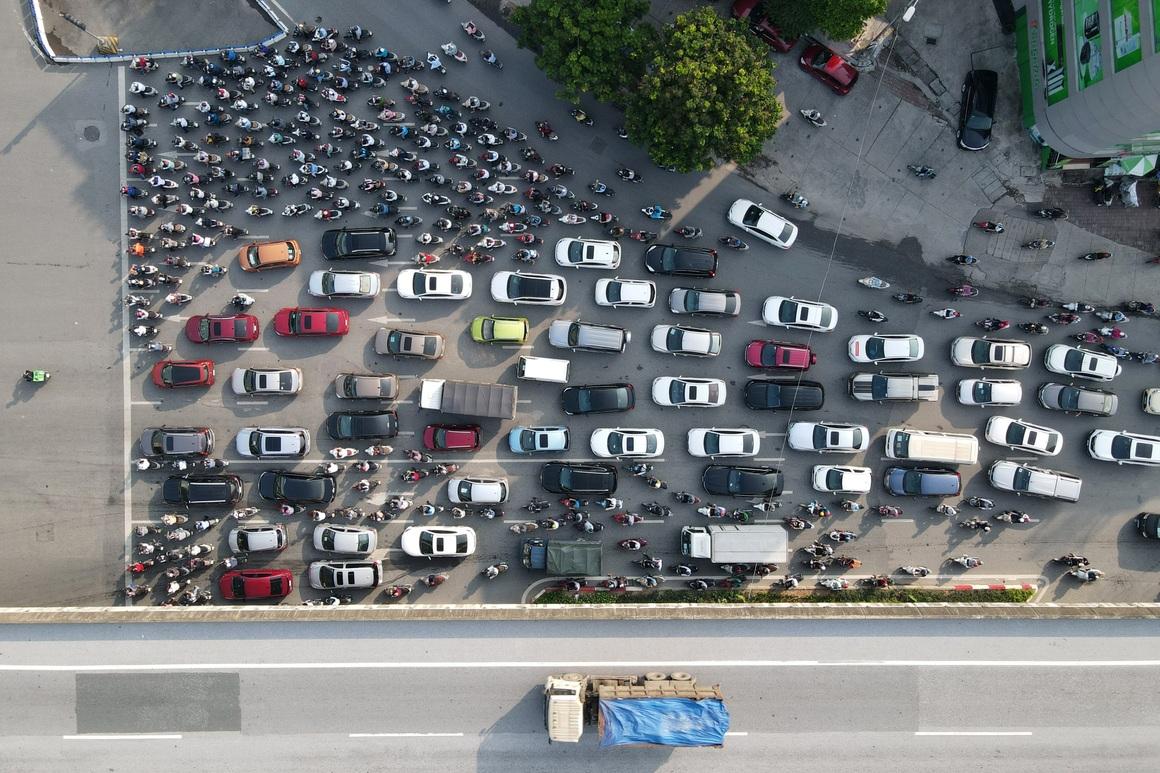 Đường phố tấp nập xe cộ sau khi TP Hà Nội bỏ quy định giấy đi đường - 8