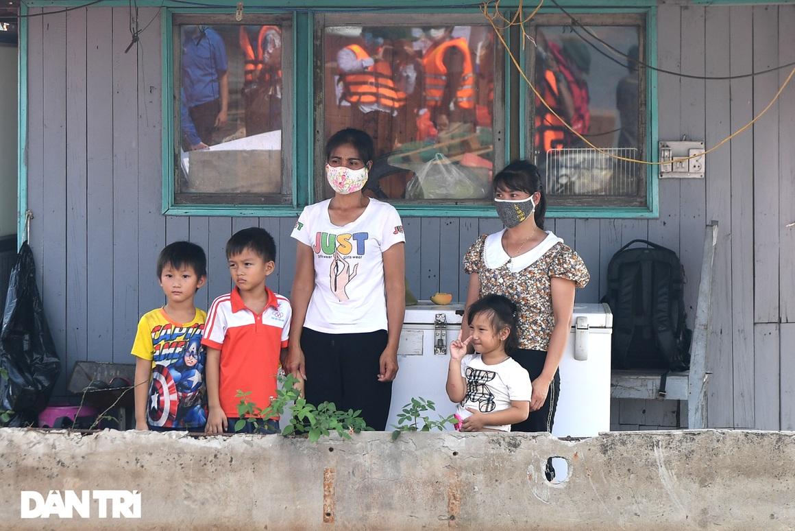 25 máy tính, tablet - Quà Trung thu đặc biệt với trẻ em làng chài sông Hồng - 6