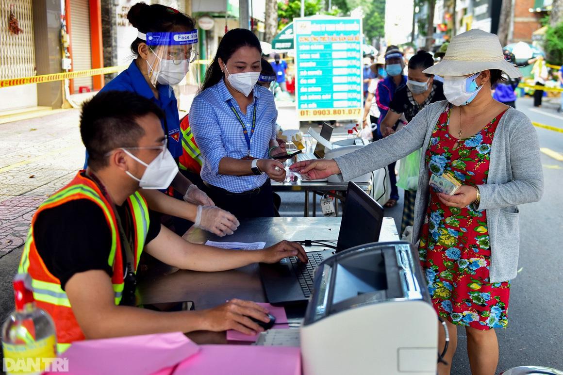 Chợ dã chiến dài 500 m trên vỉa hè phục vụ người dân vùng xanh TPHCM - 16