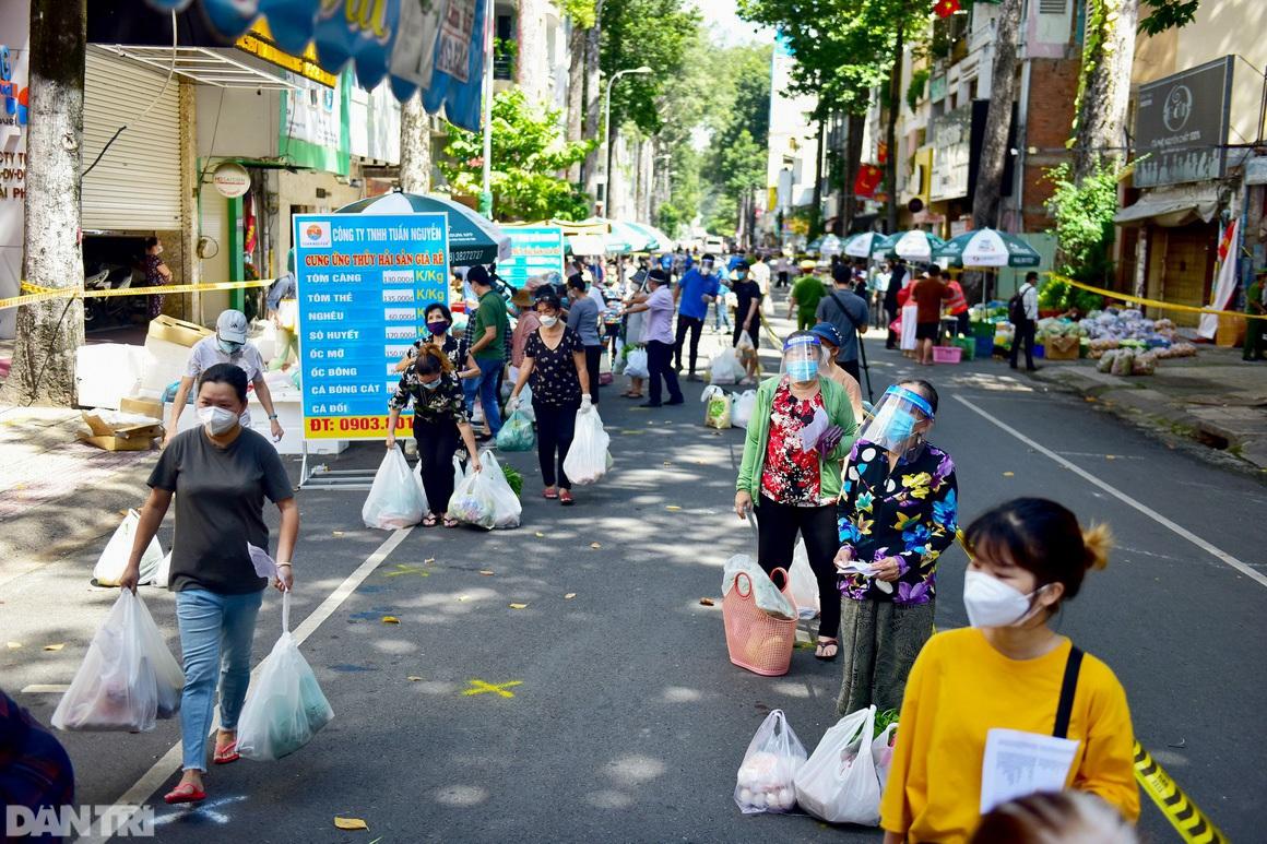 Chợ dã chiến dài 500 m trên vỉa hè phục vụ người dân vùng xanh TPHCM - 17