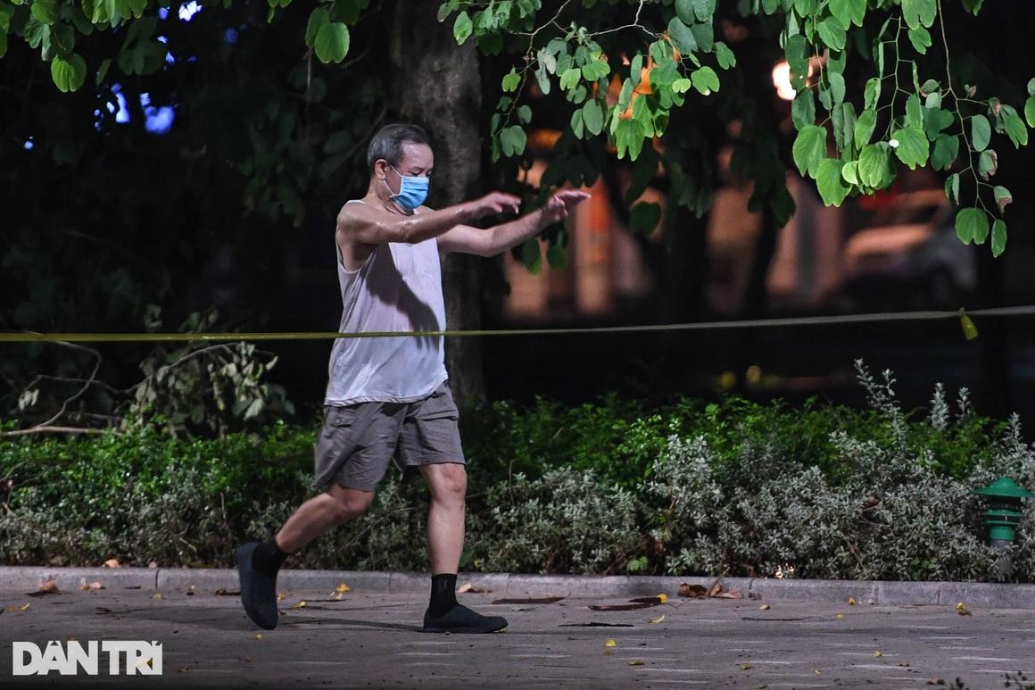 Phớt lờ quy định phòng dịch, người dân đổ ra hồ Gươm tập thể dục sáng - 3