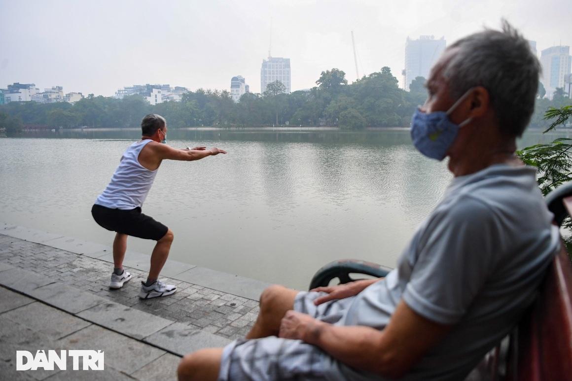 Sau nới lỏng, người dân Hà Nội đổ ra đường tập thể dục từ tờ mờ sáng - 13