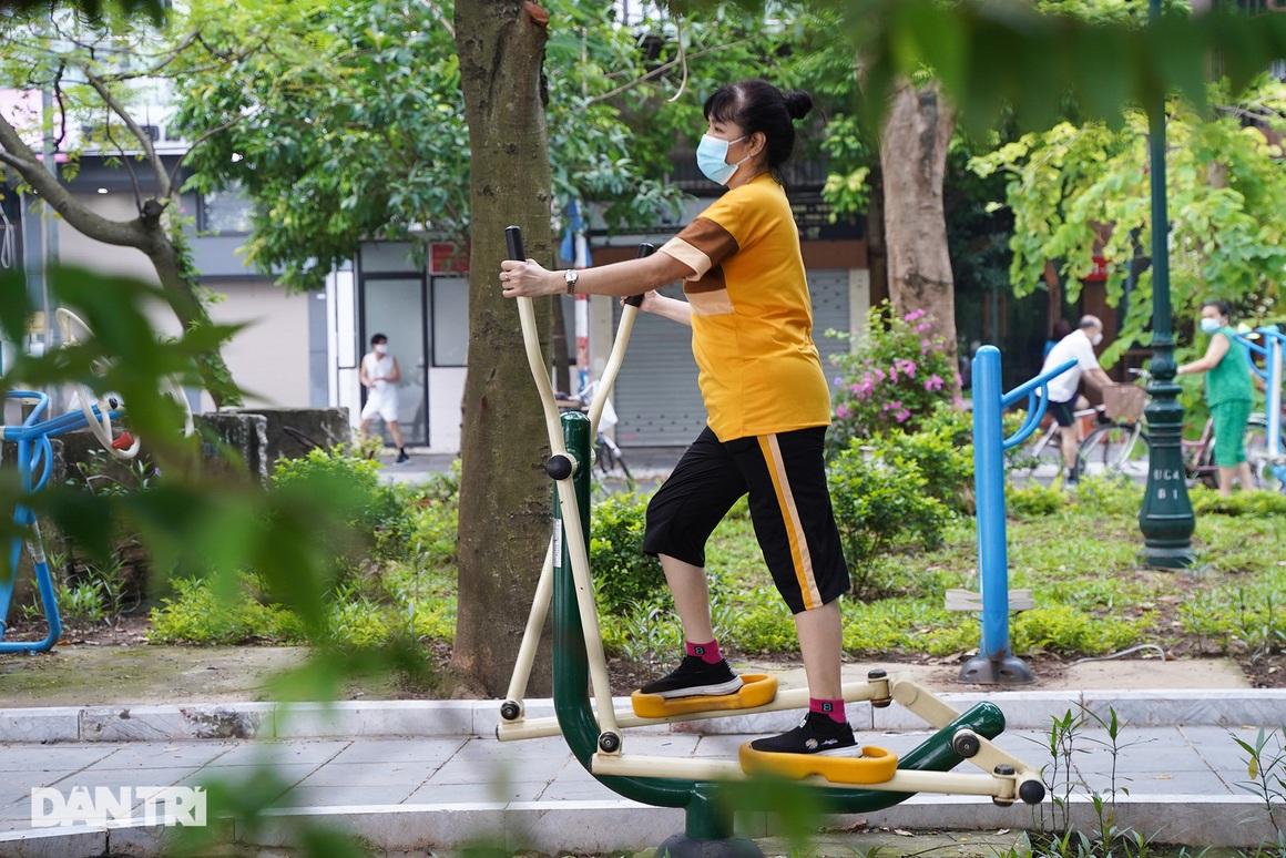 Sau nới lỏng, người dân Hà Nội đổ ra đường tập thể dục từ tờ mờ sáng - 19