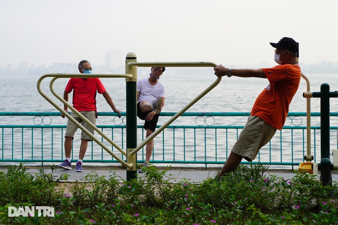Sau nới lỏng, người dân Hà Nội đổ ra đường tập thể dục từ tờ mờ sáng - 18