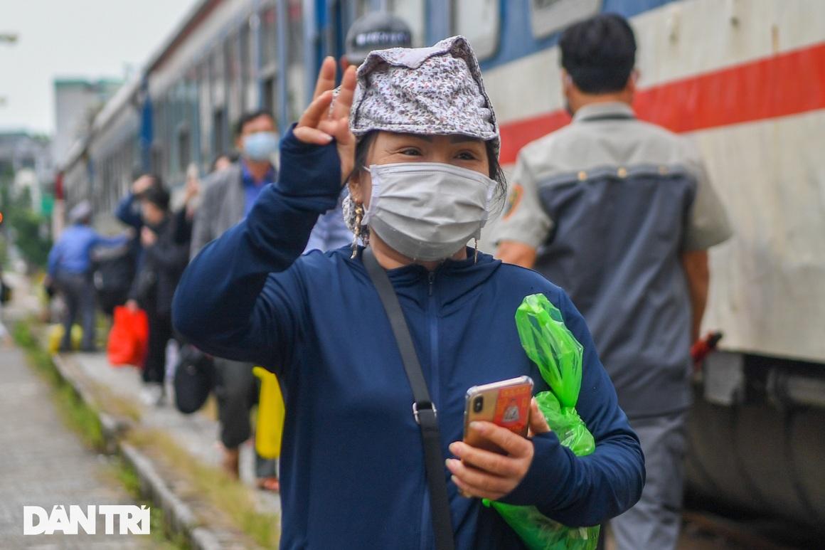 Hà Nội đón chuyến tàu khách đầu tiên đến từ Hải Phòng sau giãn cách - 12