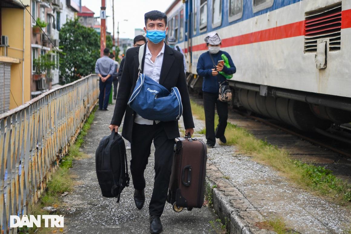 Hà Nội đón chuyến tàu khách đầu tiên đến từ Hải Phòng sau giãn cách - 11