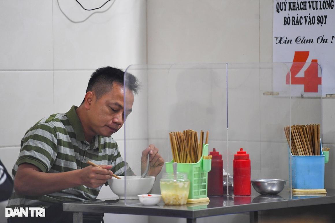 Hàng ăn, quán cafe tấp nập trong ngày đầu phục vụ khách tại chỗ - 2