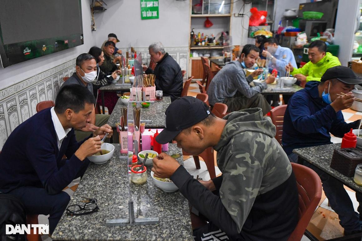 Hàng ăn, quán cafe tấp nập trong ngày đầu phục vụ khách tại chỗ - 5