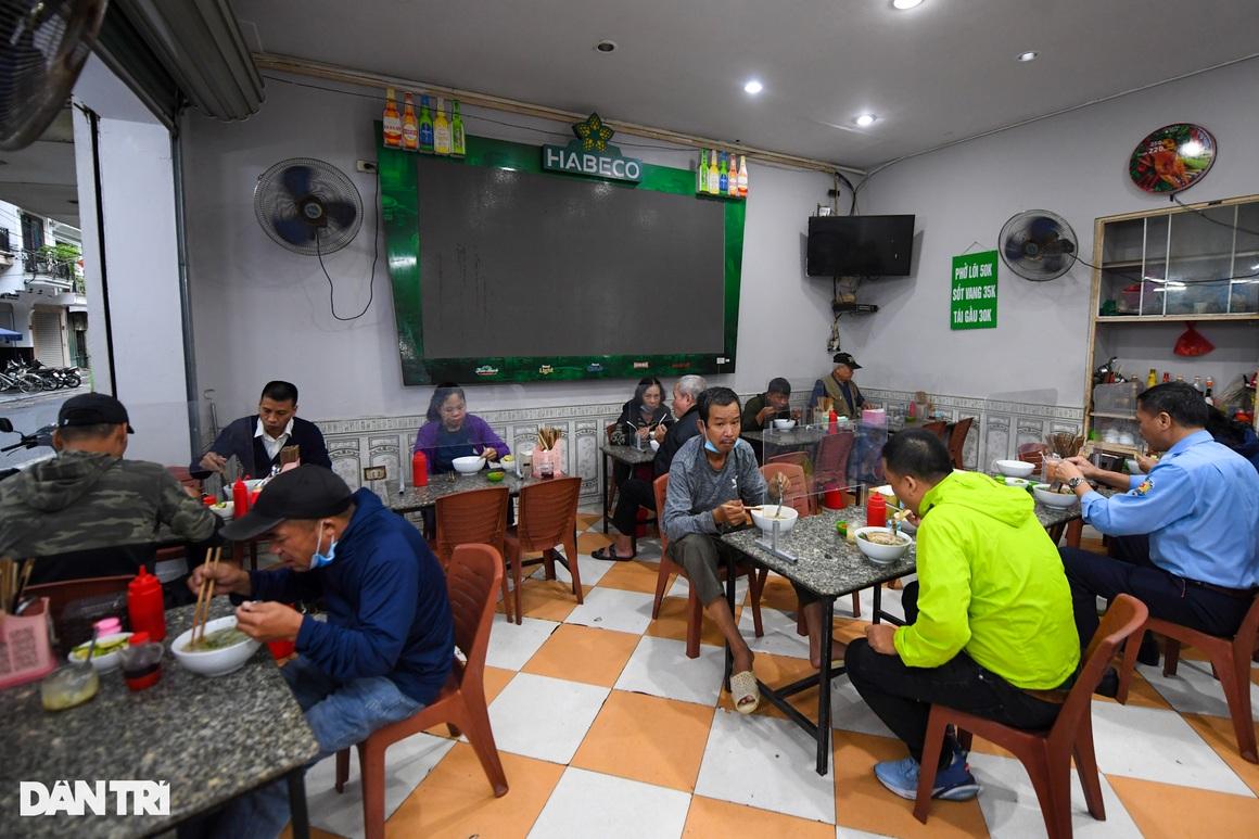 Hàng ăn, quán cafe tấp nập trong ngày đầu phục vụ khách tại chỗ - 6