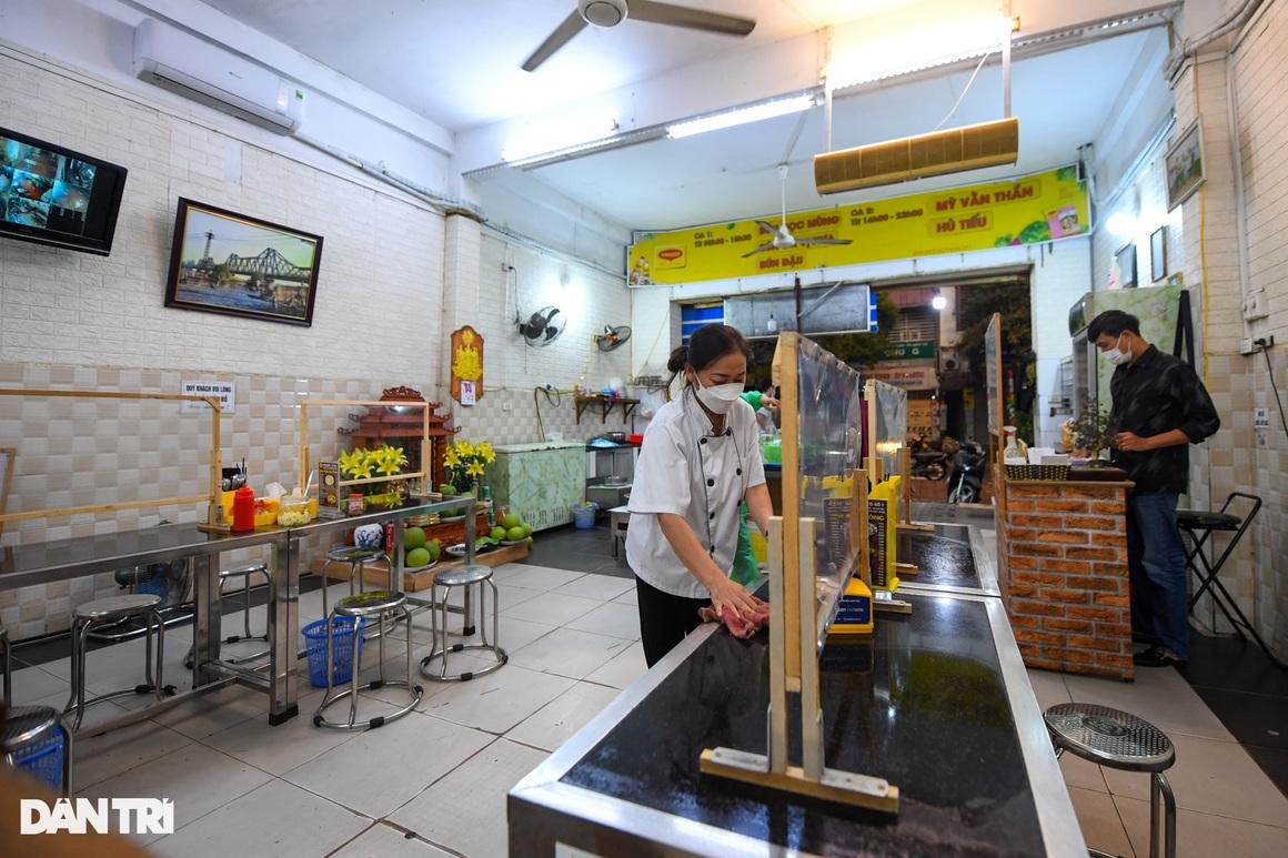 Hàng ăn, quán cafe tấp nập trong ngày đầu phục vụ khách tại chỗ - 12