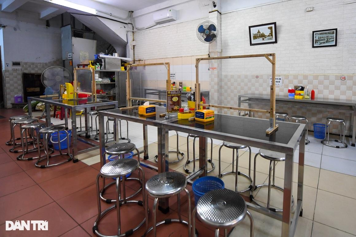 Hàng ăn, quán cafe tấp nập trong ngày đầu phục vụ khách tại chỗ - 11