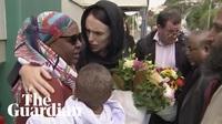 Thủ tướng New Zealand ôm người thân các nạn nhân sau vụ xả súng
