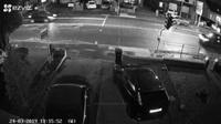 Tránh người sang đường bất cẩn, xe Ford Focus tông cột