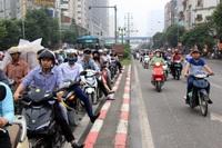 Xe máy liều mình lấn làn, đi ngược chiều trên làn BRT trong giờ cao điểm ở Hà Nội