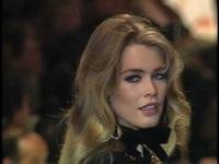 Claudia Schiffer trình diễn cho Valentino