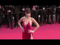 Bella Hadid diện váy xẻ bạo dự LHP Cannes