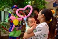 Trẻ nhỏ đón tết thiếu nhi sớm trong bệnh viện
