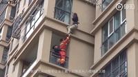 Video cô gái trèo ra khỏi tầng 6 tòa chung cư để thoát khỏi bạn trai