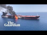 Tàu chở dầu bốc cháy sau khi bị tấn công trên vịnh Oman