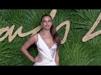 Irina Shayk thanh lịch với váy trắng
