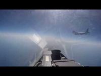 """Cận cảnh Su-27 Nga chặn """"pháo đài bay"""" B-52 Mỹ"""