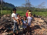 """Nhà cháy rụi, vợ chồng nghèo cùng 4 đứa con thơ phải sống cảnh """"màn trời chiếu đất"""""""