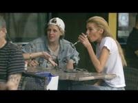 Kristen ra phố cùng bạn gái