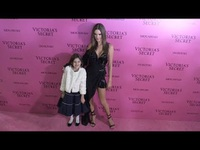 Alessandra Ambrosio sành điệu bên con gái