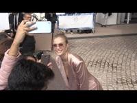 Josephine Skriver thân thiện chụp hình với fans