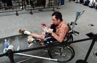 """""""Fan ruột"""" của Apple ngồi xe lăn vẫn đi ngàn km đến Singapore """"săn"""" iPhone 11"""
