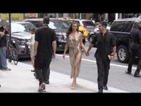 Irina Shayk sải bước quyến rũ trên phố