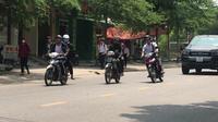 Học sinh vô tư đi xe máy đến trường