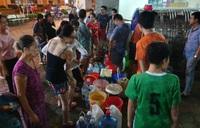 Người dân Hà Nội xếp hàng lấy nước sạch về dùng
