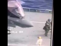 Phi công máy bay chiến đấu F-35 ngã sấp mặt trên tàu sân bay