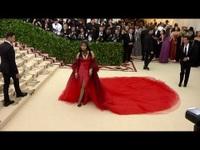 Nicki Minaj diện váy đỏ rực