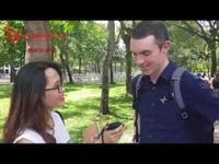 Dùng máy phiên dịch AI Travis Touch giao tiếp với nhiều người nước ngoài