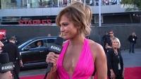 Jennifer Lopez khoe ngực quyến rũ