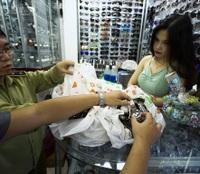 """Thu giữ hàng ngàn sản phẩm nhái """"hàng hiệu"""" tại chợ Bến Thành và Sài Gòn Square"""