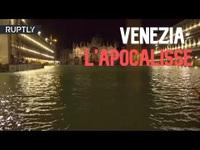 """Triều cường lịch sử """"nhấn chìm"""" Venice, người dân bơi trên đường phố"""