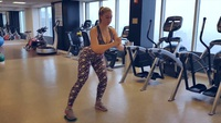 Iskra Lawrence tập thể dục với HLV